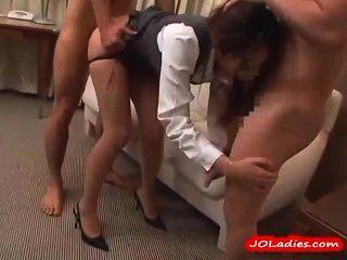 호텔 방에서 엿 같은 3 명의 남자들을 빨아 먹는 팬티 스타킹의 여자