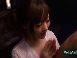 아시아 소녀 눈을 가려워하는 사람 faci에 대한 주먹과 입으로주는 흰 상단에