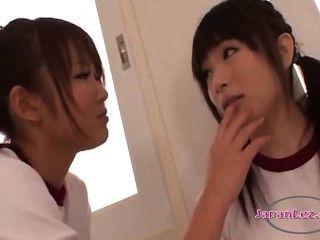 2 명의 여학생이 훈련 용 드레스에 키스하고있다.