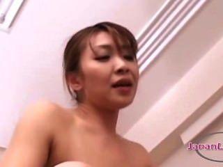 69에서 젊은 여자를 핥는 아시아 여자에 strapon와 함께 엿