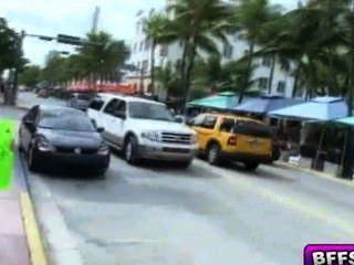 비키니 입은 십대들이 자동차를 빨아 들여 고객을 빨아 먹는다.