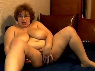 거친 가슴으로 자위하는 할머니.