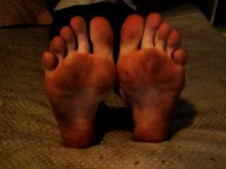 더러운 발과 발바닥으로 발가락을 흔들기.