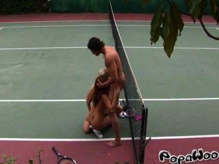 테니스 강사가 두 섹시한 학생을 성교