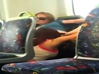 레즈비언 소녀 전화에 체포 캠 그녀의 친구를 기차에서 먹는