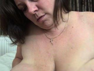 흥분 성숙한 그녀의 큰 젖꼭지를 핥는