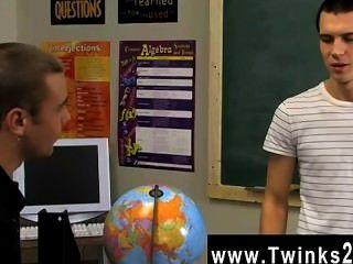 동성애자는 귀여운 젊은이들이 모두 후에 교실에 남아있는 것을 깜짝 놀라게한다.