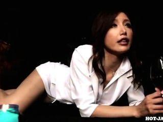 japanese girls는 부엌에서 성적인 성숙한 여인을 공격했다.