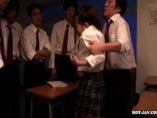 japanese girls 섹시한 학교 소녀를 school.avi에서 매혹적인