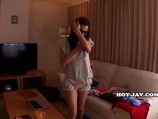 일본 여자들은 부엌에서 매혹적인 엄마를 빌어 먹을. 아비