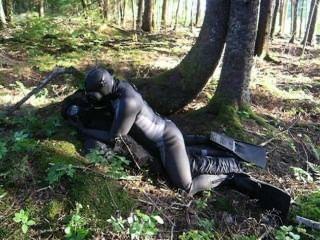판타지 장면에서 개구리는 숲에있는 악당을 괴롭힌다.