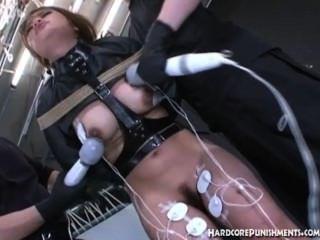 동양 십대 그녀의 엉덩이에 삽입 된 항문 걸이있다