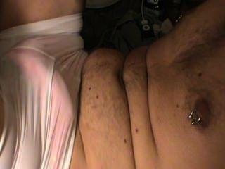 십대 여자 친구 가죽 끈 팬티와 반바지를 입고있는 동안 자위.