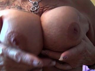 오래 된 할머니는 그녀의 가슴을 보여줍니다.