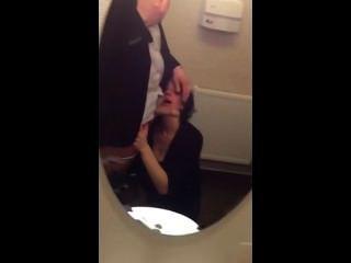 공중 화장실에서 빠는 아내