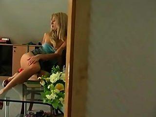 여자애는 레즈비언에 의해 딜도 라구 딜도로 자위를 붙잡 혔다.