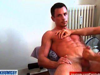 내 스포츠 트레이너가 포르노 비디오에 대한 내 거시기를 wanked 가져옵니다.