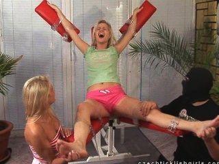 mff / f blonde sarah가 간질 이는 학교가 좋은 결과를 얻었습니다!