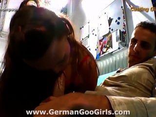 아름다운 사니는 그녀의 큰 엉덩이를 몹시 두드리고 그녀의 얼굴을 크림으로 만들었습니다.