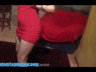 그녀는 어떻게 움직이고 무릎을 꿇는 지 압니다.