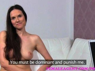 여성 대리인.예쁜 아가씨가 장난 꾸러기 처벌로 섹시한 역할극