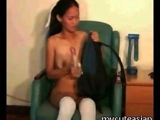 섹시한 장난감으로 몸집이 작은 아시아 소녀