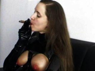 시가 흡연의 속박은 그녀가 원하는 것을 알고있다.