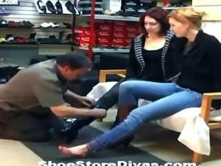 신발 가게에서 발을 핥아 주다