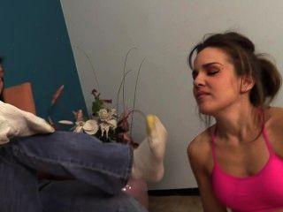 클레어는 그녀의 냄새 나는 양말과 발로 브랜디를 돌린다.