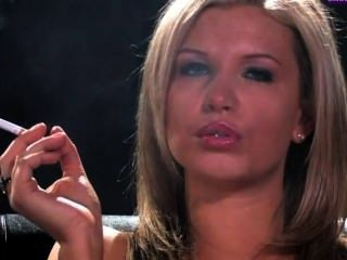 섹시한 토플리스 흡연자