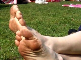 공원에서 그녀의 더러운 발바닥을 핥고 청소하십시오.
