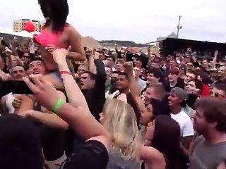 캐롤라이나 반역 2013에서 군중을 번쩍 뜨겁게 병아리