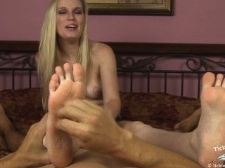 당신이 그녀의 발을 간지럽 히고있는 동안 아만다 바보