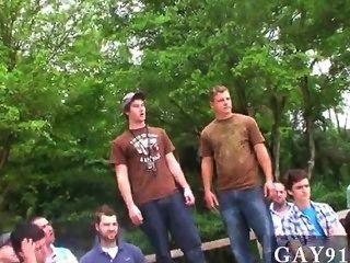 섹시한 남자 세 승자는 조랑말의 안정에 그들의 보상을 얻을, 그리고