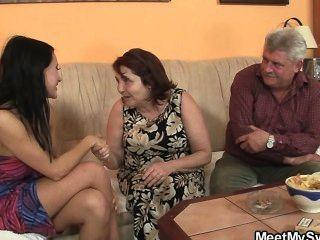 늙은 부모는 그가 떠날 때 그녀를 성교한다.