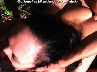 섹시한 갈색 머리 여자가 두 큰 자지를 작동합니다