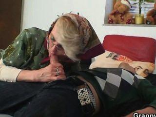 장난 꾸러기 할머니는 그녀의 늙은 성기를 포기합니다.
