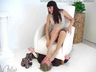 독일 소녀는 그녀의 발로 남자를 지배한다.