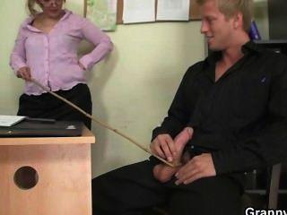 사무실 암캐는 그의 막대를 타는 것을 즐긴다.