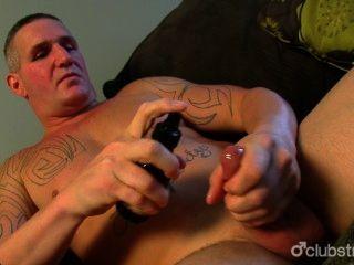 문신을 한 직설적 인 남자 독선자 자위 행위