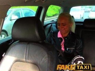 faketaxi 진짜 아마추어 십대는 팬티를 떨어 뜨리고 택시 운전사가 그녀를 성교하게한다.