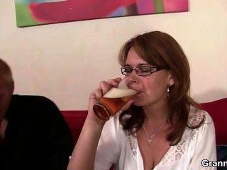 술 취한 엄마가 그녀의 멍청이를 뚫고 도착한다.