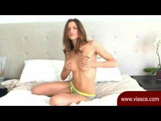 귀여운 갈색 머리 포즈 및 그녀의 틈을 문 지르고 그녀의 웹캠에 있습니다.