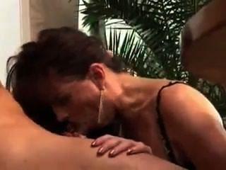 그녀는 그의 친구의 매춘부 아내이다.