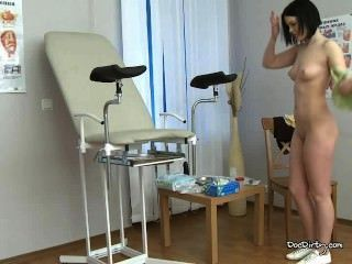 갈색 머리 리타는 건강 검진을위한 다리를 풀고 펼칩니다.