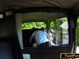 불만족스러운 아내가 보안 카메라에 택시 운전사를 잡았습니다.