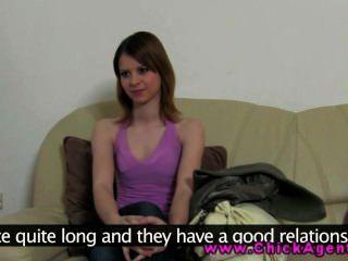 성숙한 lez 요원은 그녀의 새로운 클라이언트와 조건을 말합니다