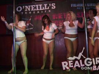 섹시한 여자들은 무대에서 벌거 벗은 스트립과 무대 뒤에서 아주 건방진 blowjob