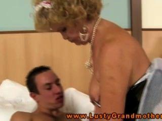 란제리에 털이 많은 할머니가 엿 같아.