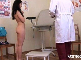 귀여운 사춘기 그녀의 음부 검사를 가져옵니다.